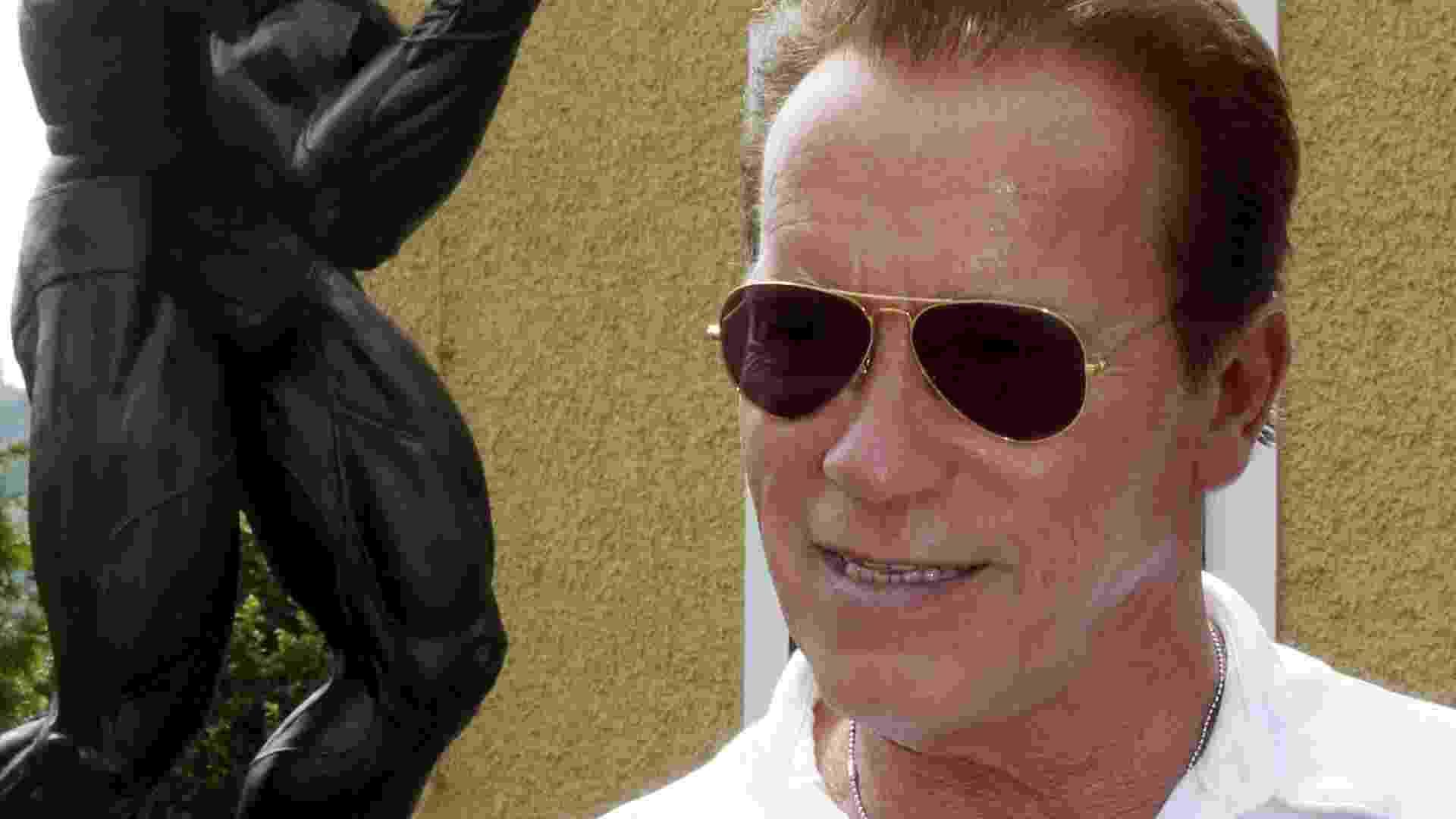O ator Arnold Schwarzenneger visita museu na Áustria, sua cidade natal, em sua homenagem. Atrás do ator, escultura da época em que era fisiculturista (4/7/12) - EFE/Markus Leodolter