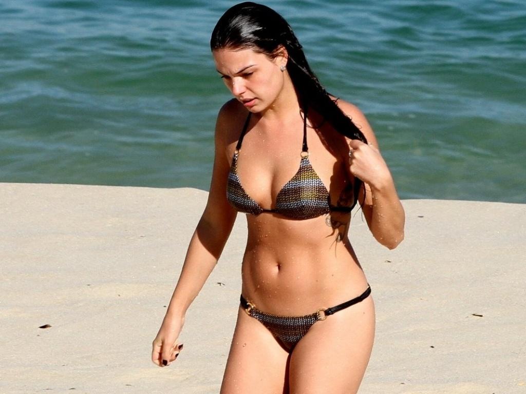 Isis Valverde curtiu praia na Barra, zona oeste do Rio (4/7/12)