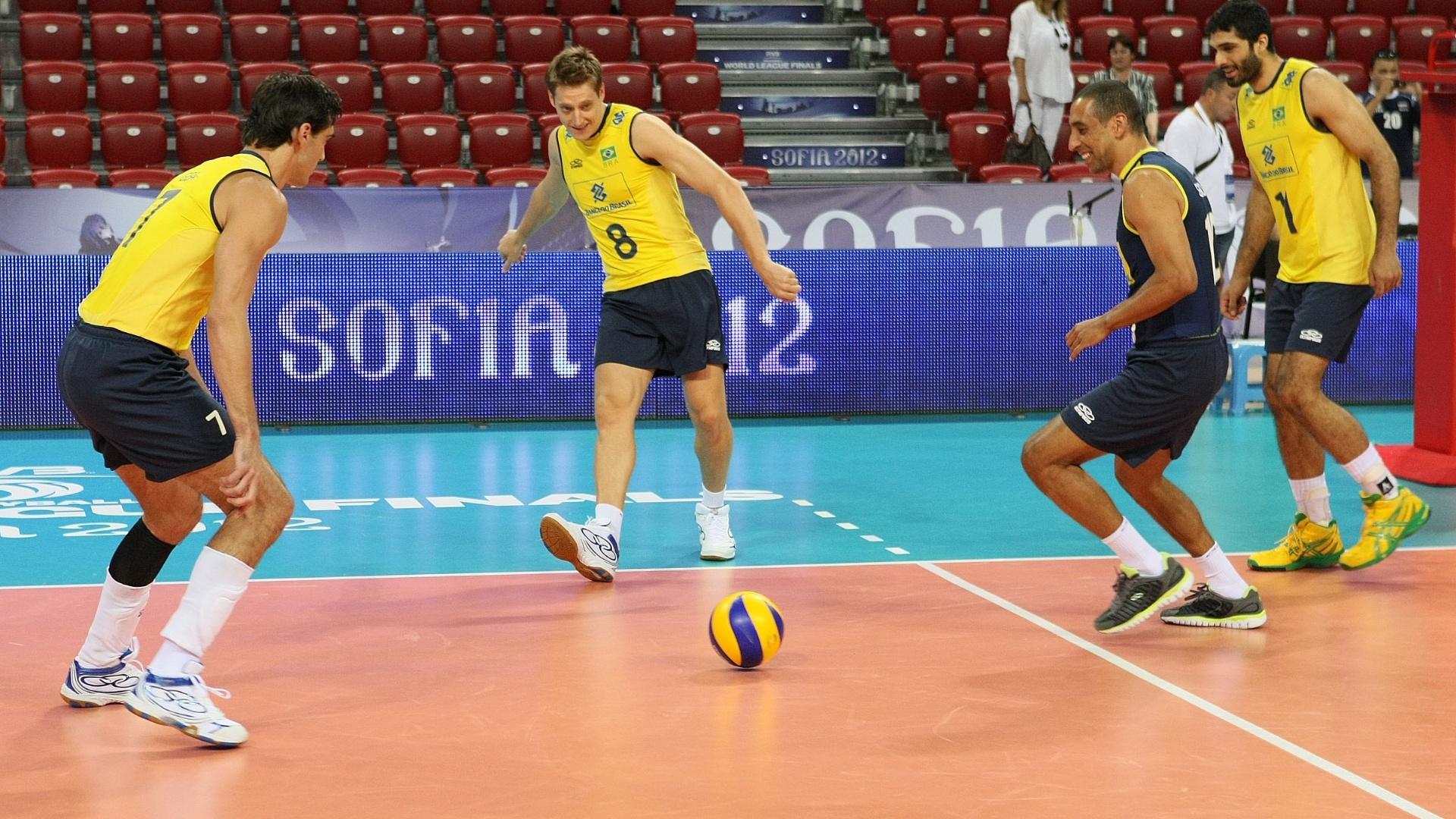 Jogadores do Brasil fazem aquecimento com