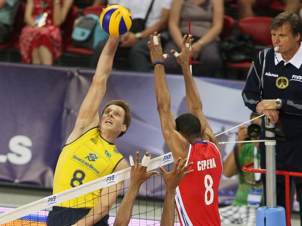 Murilo se estica para tentar pontuar pelo Brasil; seleção sofreu com a juventude de Cuba e perdeu
