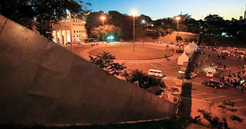 Polícia reforçou segurança e montou barreiras para organizar a entrada de torcedores no estádio do Pacaembu