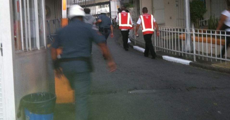 Polícia retira torcedor que ficou escondido no banheiro do Pacaembu antes da final da Libertadores