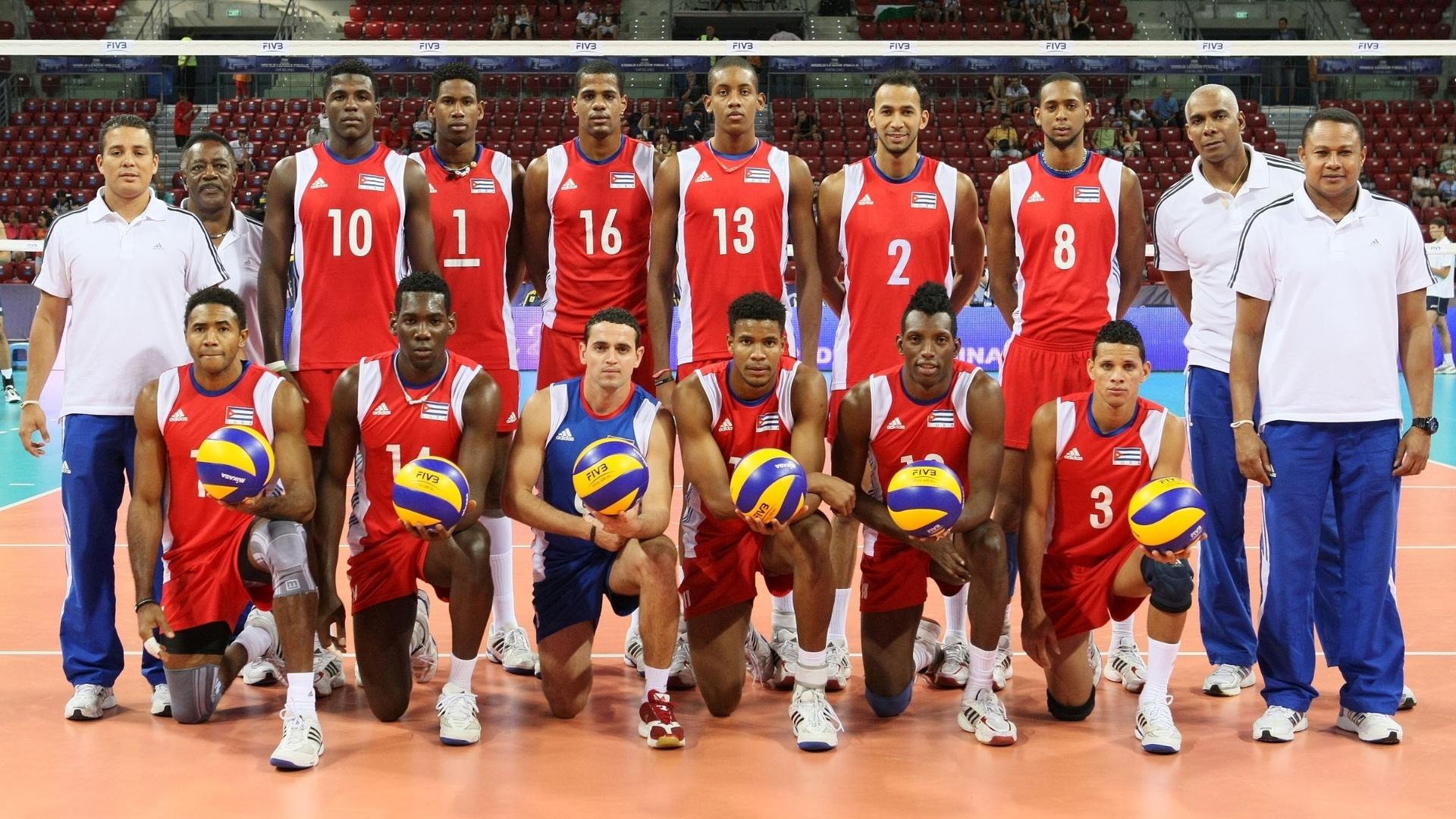 Seleção de Cuba posa para fotos antes do início do jogo contra o Brasil, na estreia dos dois times na Liga Mundial