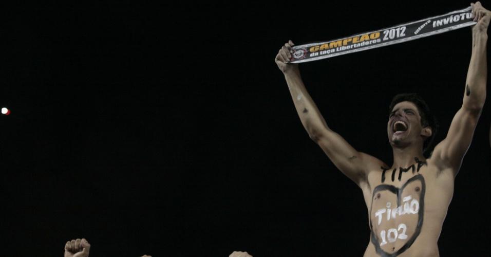 Torcedor do Corinthains demonstra sua paixão pelo time nas arquibancadas do Pacaembu
