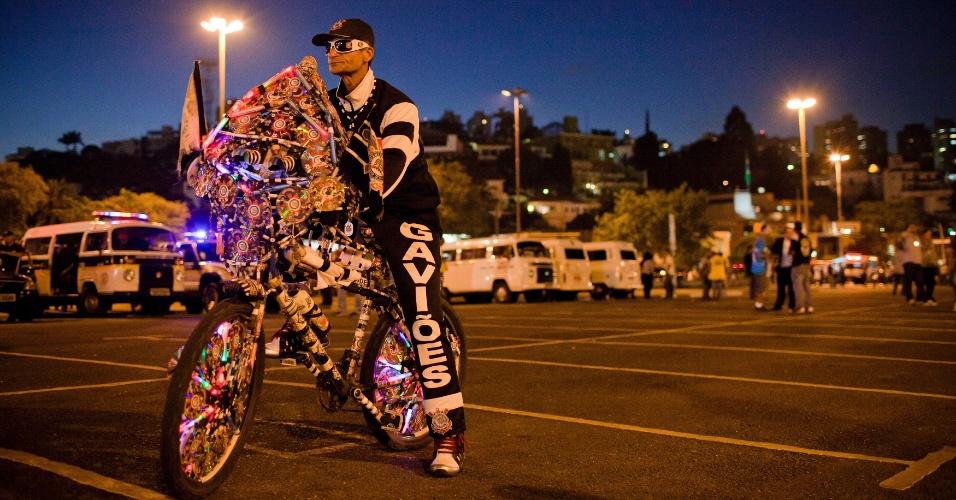 Torcedor do Corinthians caprichou no visual de sua bike para acompanhar a decisão da Libertadores contra o Boca Juniors