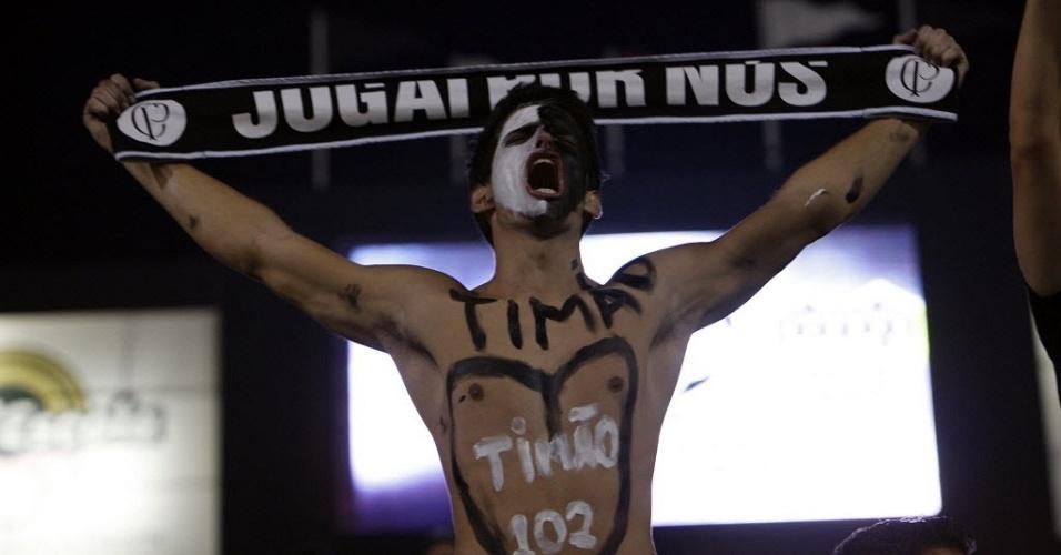 Torcedor do Corinthians exibe faixa e demonstra sua paixão pelo clube nas arquibancadas do estádio do Pacaembu