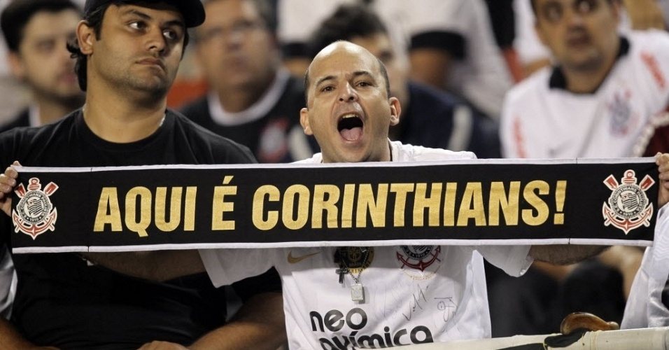 Torcedor do Corinthians exibe faixa nas arquibancadas do Pacaembu antes do início da final da Libertadores contra o Boca Juniors