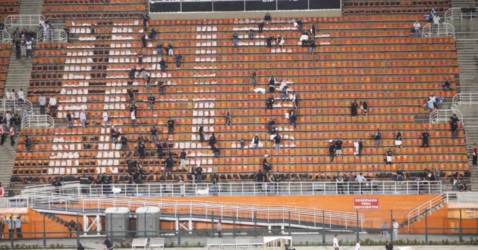 Torcedores corintianos preparam mosaico nas arquibancadas do estádio do Pacaembu