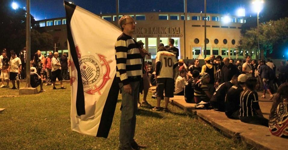 Torcedores do Corinthians aguardam na praça Charles Miller, em frente ao Pacaembu, antes do jogo contra o Boca Juniors