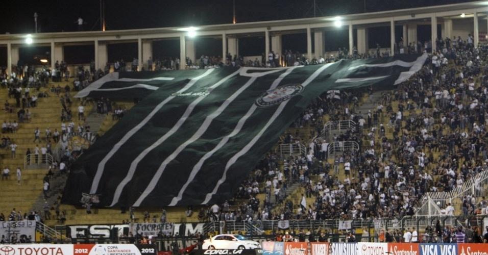 Torcedores do Corinthians estendem camisa gigante do time nas arquibancadas do Pacaembu