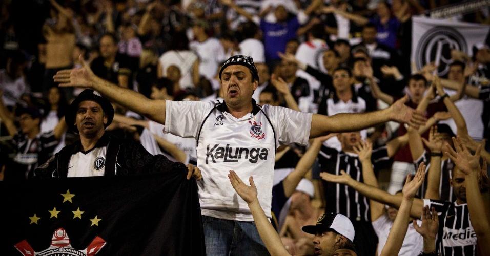 Torcedores do Corinthians fazem festa nas arquibancadas do Pacaembu antes do início da final da Libertadores