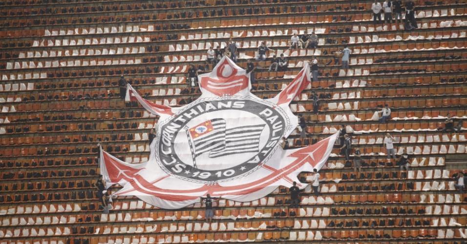 Torcedores do Corinthians montam mosaico nas arquibancadas do estádio do Pacaembu