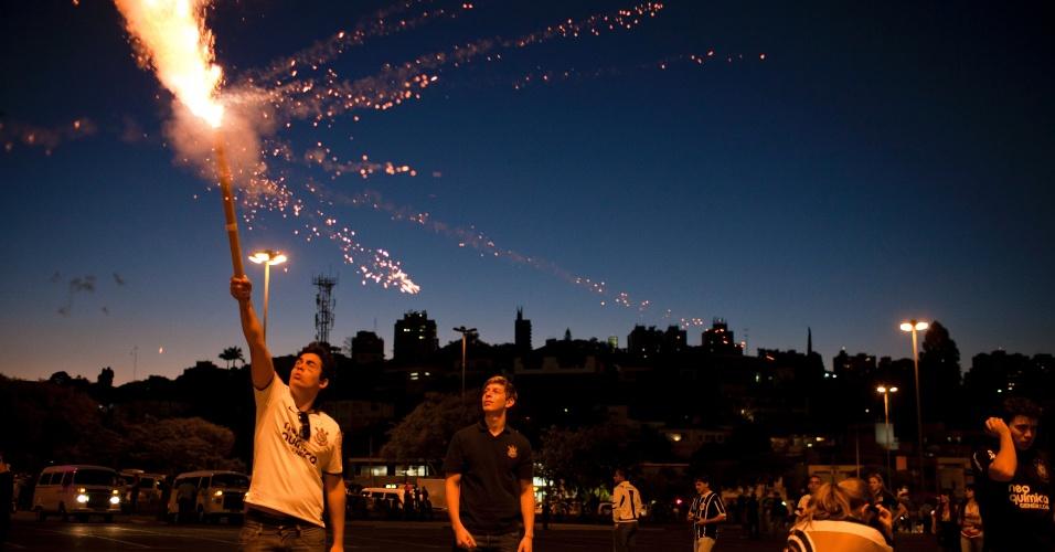 Torcedores do Corinthians soltam fogos de artifício antes do início da partida contra o Boca Juniors