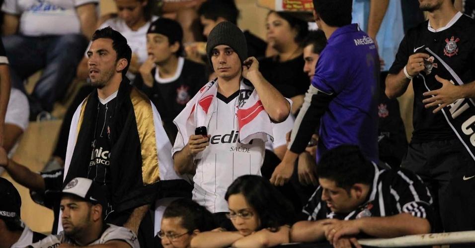 Torcedores do Corinthians tentam conter a ansiedade antes do início da final da Libertadores contra o Boca Juniors