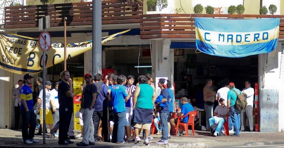 Torcida do Boca Juniors se reúne em bar na esquina da avenida São João, na região central de São Paulo