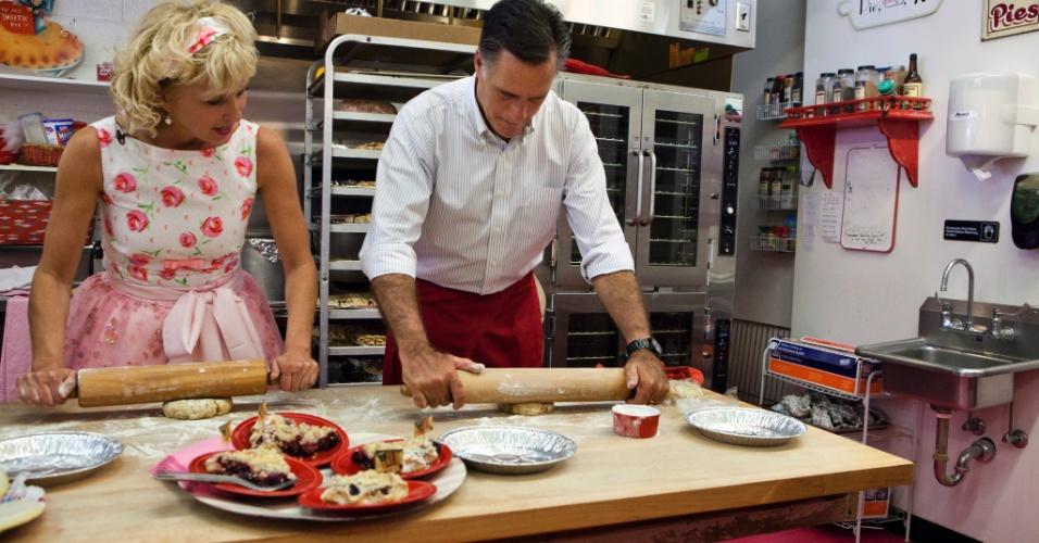 19.jun.2012 ? O republicano Mitt Romney, que deverá enfrentar Barack Obama nas eleições de novembro, abre massa para fazer uma torta de cereja ao lado da dona de uma doçaria em DeWitt, Michigan. O ex-governador de Massachusetts tem feito campanha em pequenas cidades, seguindo a estratégia intitulada ?Cada Cidade Conta?