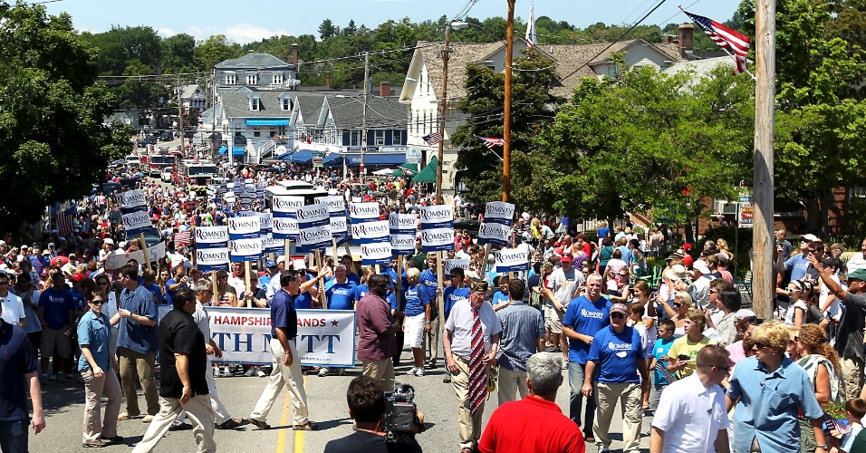 4.jul.2012 - Mitt Romney acompanha parada de 4 de Julho em Wolfeboro, New Hampshire. Em uma entrevista à rede ?CBS?, o republicano classificou a lei da saúde de Obama como sendo uma ?taxa?, poucos dias depois de sua campanha ter afirmado que o candidato rejeitava essa caracterização