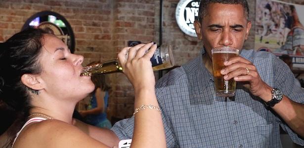 Durante a campanha para as eleições presidenciais norte-americanas, o presidente dos EUA, Barack Obama, toma cerveja acompanhado de uma eleitora em um pub em Amherst