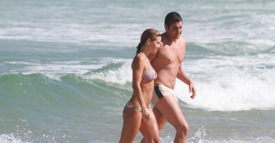 A atriz Carolina Dieckmann e o apresentador Bruno De Luca estiveram na praia da Barra da Tijuca, zona oeste do Rio, nesta quinta (5/7/12)