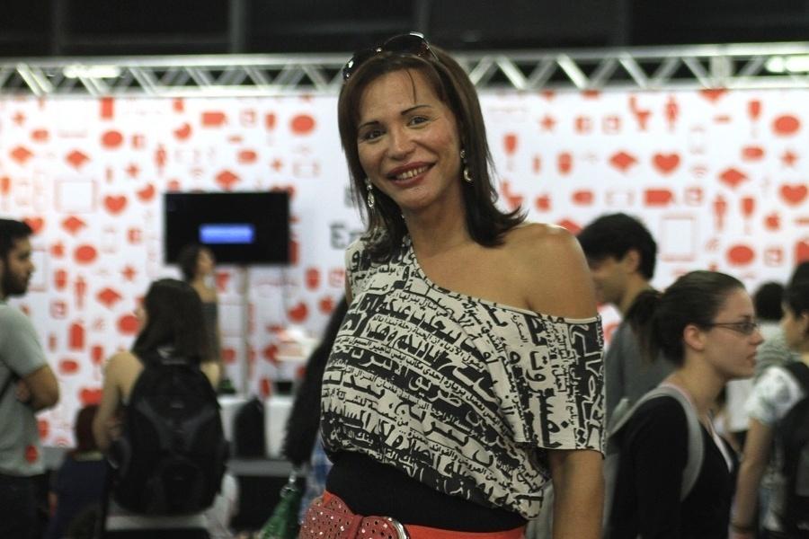 """A celebridade virtual Luisa Marilac, que ficou conhecida pelo vídeos dos """"bons drinks"""", marcou presença no YouPix 2012. Depois de muitas fotos com fãs, ela disse a reportagem do UOL Tecnologia: """"Vou sair daqui e já vou acertar os valores da biografia, meu amor"""""""