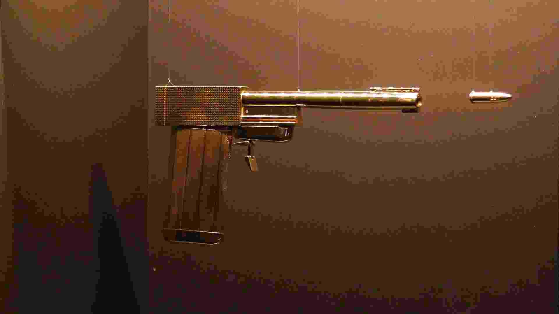 """A pistola de ouro usada em """"007 contra o Homem da Pistola de Ouro"""" de 1974, é uma das peças expostas na exposição em homenagem aos cinquenta anos da saga 007, no centro Barbican, em Londres, a partir desta quinta-feira (5)  - AP"""