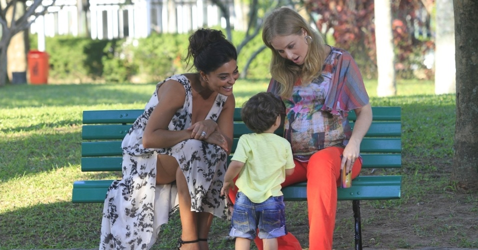 Acompanhada do filho Pedro, Juliana Paes gravou participação no programa