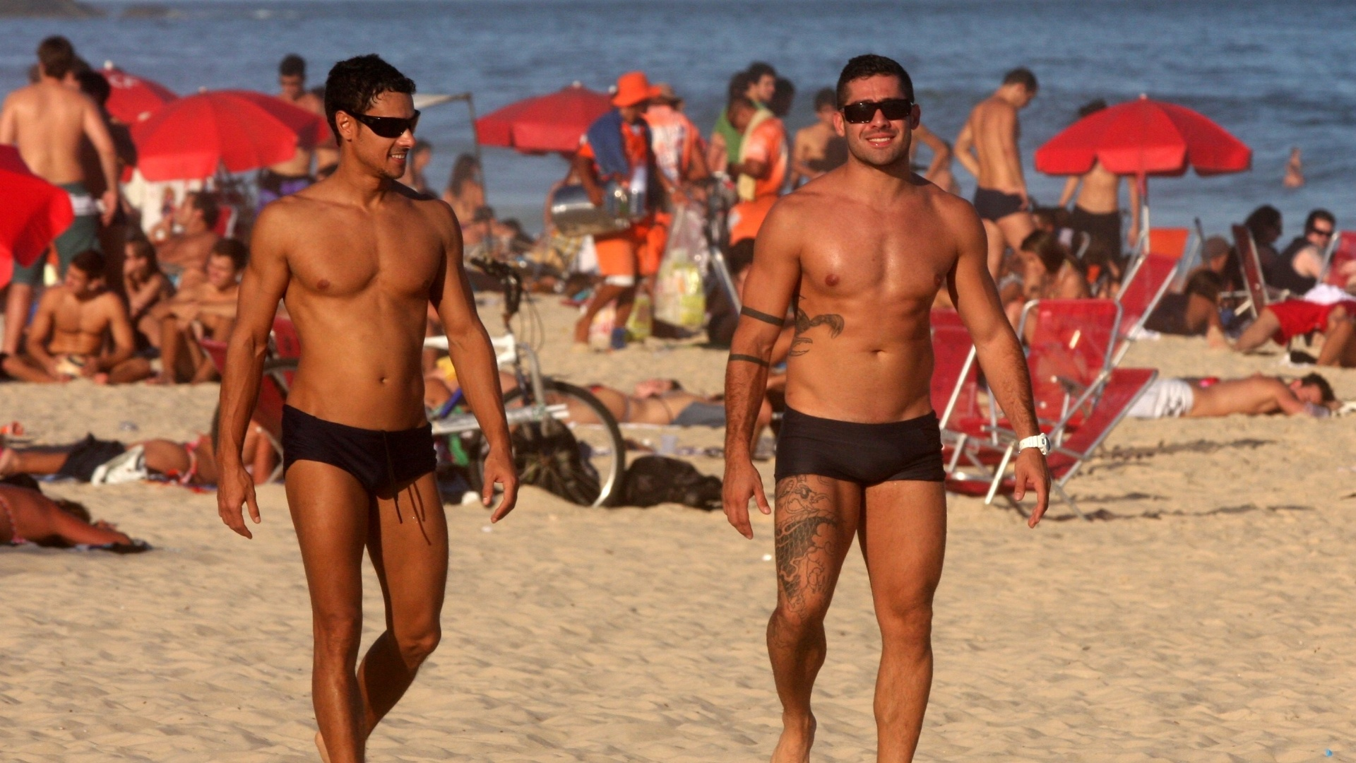 Acompanhado de um amigo, o ex-BBB Yuri curtiu praia em Ipanema, zona sul do Rio (5/7/12). O lutador exibiu o novo visual sem barba