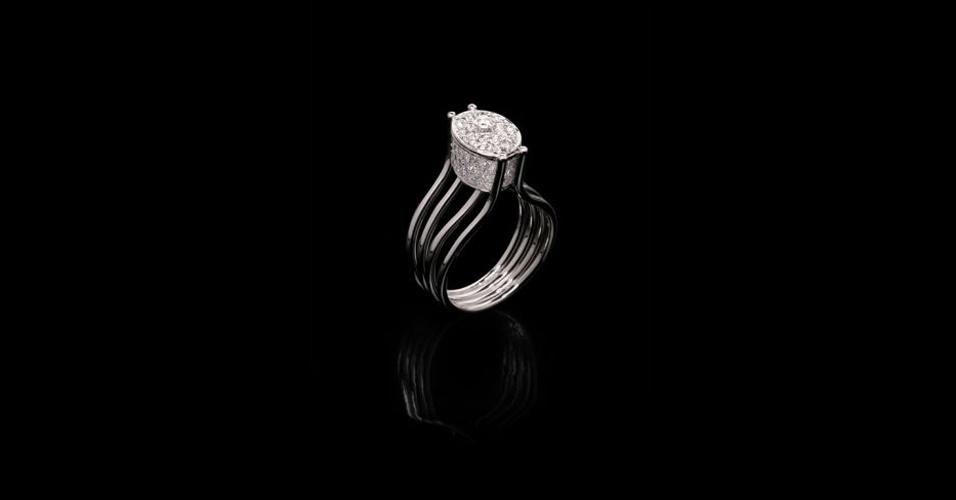 Aliança inspirada em anel solitário em ouro branco com diamantes, de Guilherme Duque (Tel.: 11 3081-7390)