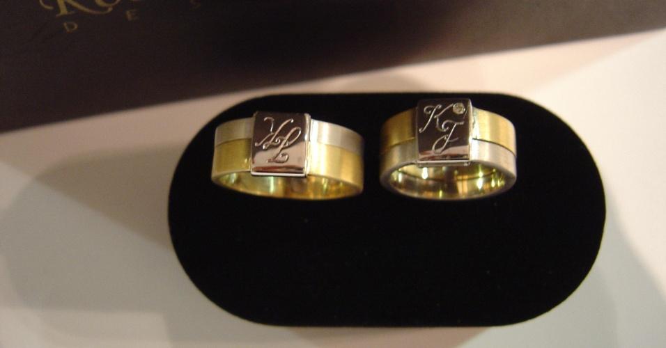 Par de alianças em ouro branco e amarelo e brilhante da joalheria Rosana Chinche (www.rosanachinche.com.br)