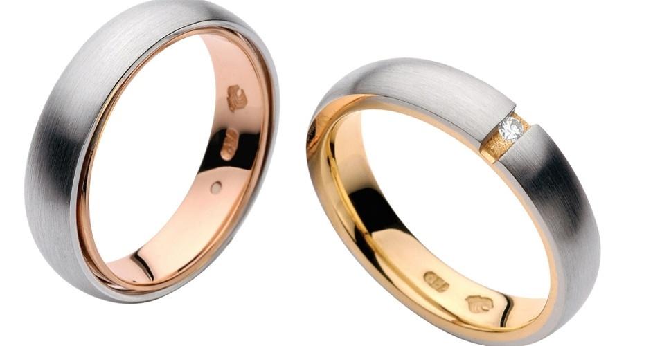 Alianças The Graces, em ouro branco com detalhe interno em ouro amarelo. A do lado direito tem um diamante, da The Graces (SAC: 11 5189-6620)