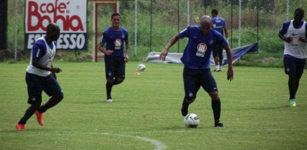 Atacante Souza carrega a bola durante treino coletivo do Bahia (05/07/2012)