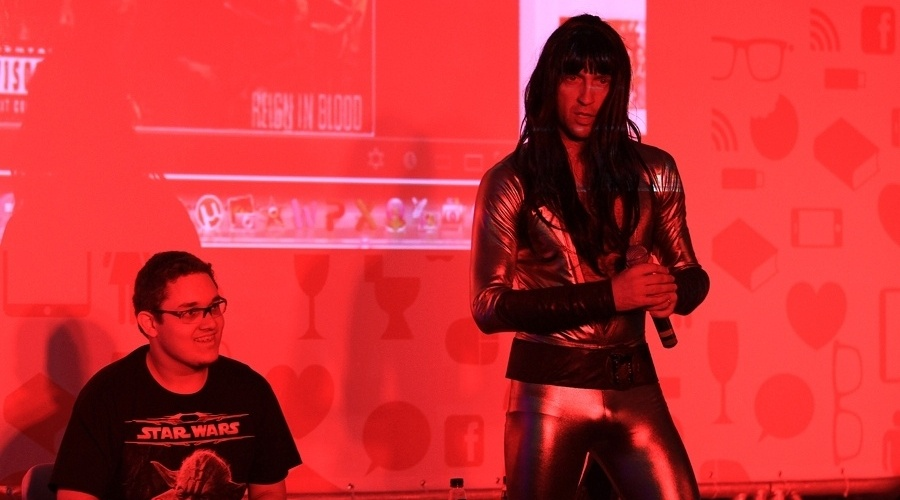"""Bruno Sutter (conhecido como """"Detonator"""", cantor e apresentador do """"Rocka Rolla"""", da MTV) faz performance durante o YouPix 2012"""