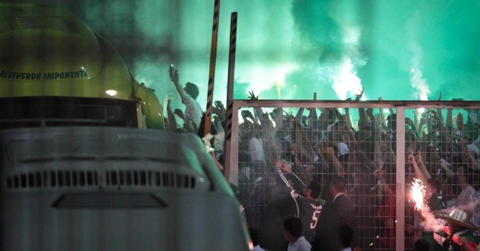Conforme prometido até em cartaz, a torcida do Palmeiras imitou a do Coritiba e criou o