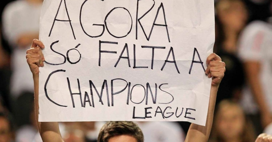 Corintiano durante segundo jogo da final da Libertadores levanta cartaz com brincadeira
