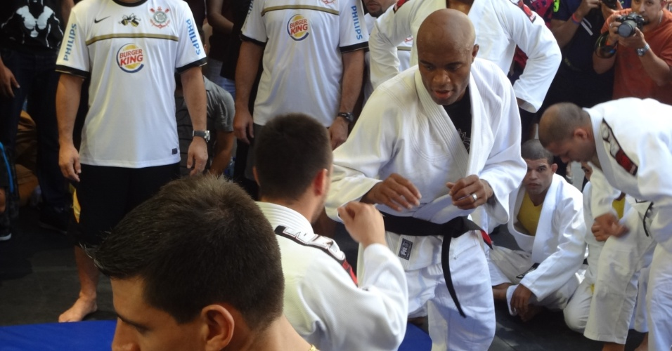 De quimono, Anderson Silva se exercita durante treino aberto em Las Vegas, local do UFC 148