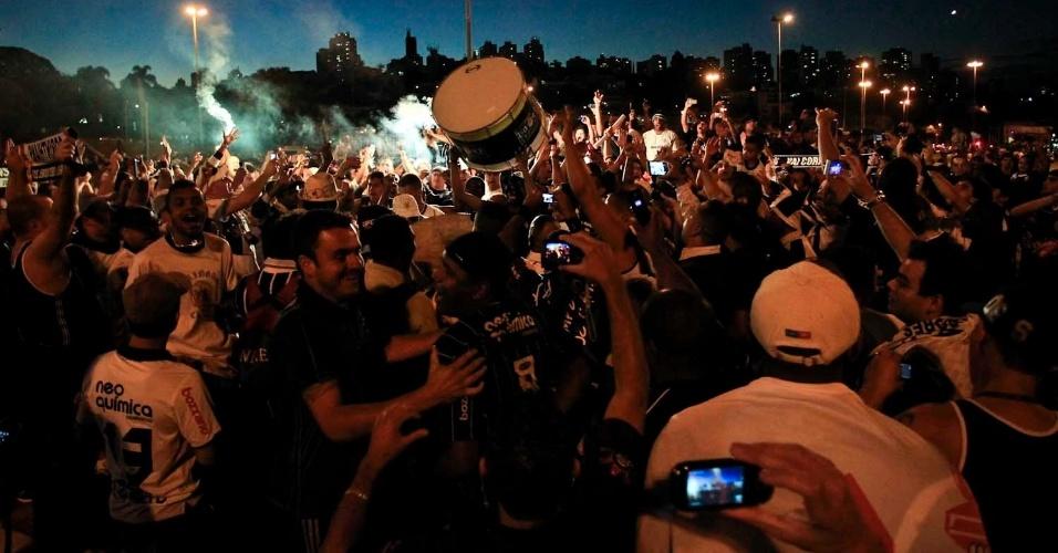 Do lado de fora do Pacaembu, torcedores do Corinthians antes da final contra o Boca Juniors