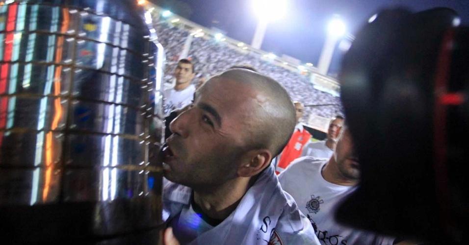 Emerson Sheik beija o troféu da Libertadores
