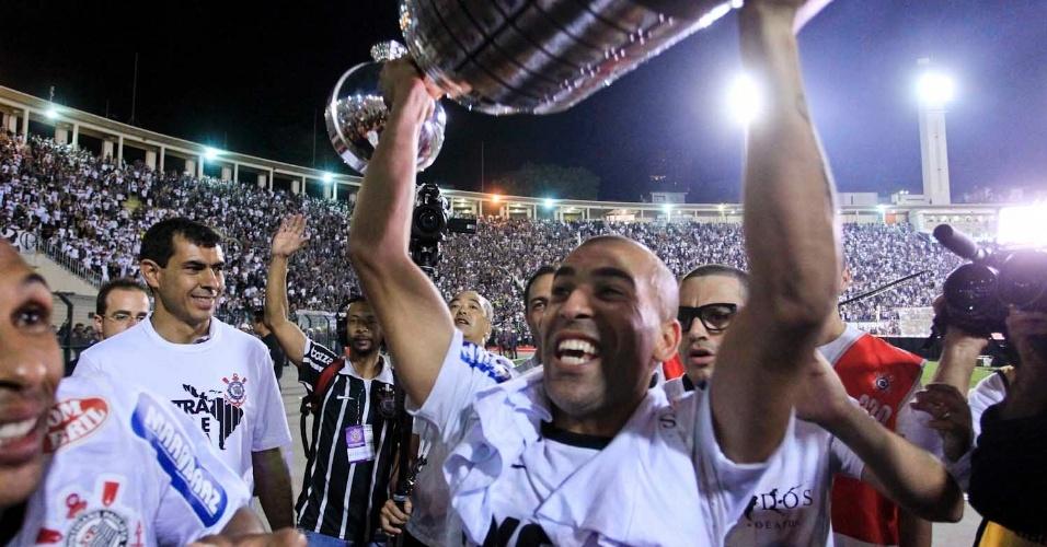 Emerson Sheik ergue o troféu da Libertadores