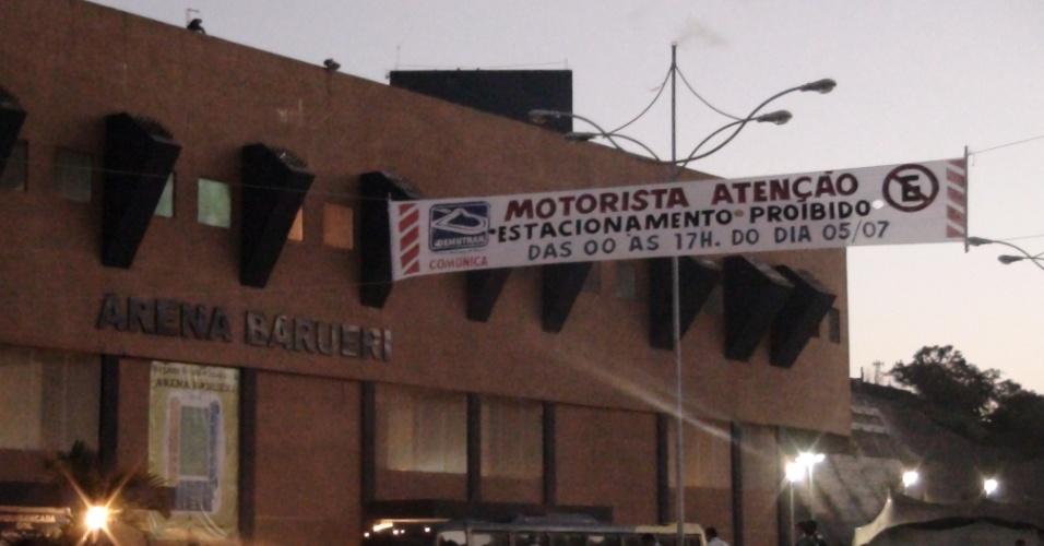 Faixa em frente à Arena Barueri alerta torcedores para medidas especiais de trânsito