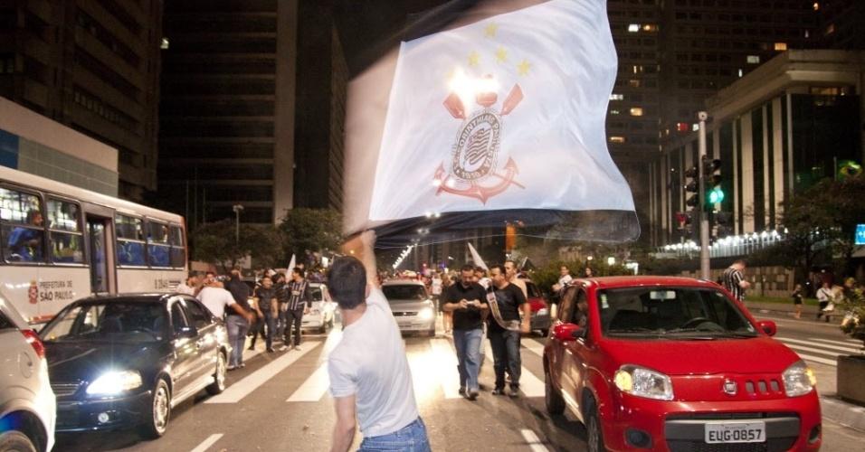Festa de corintianos na avenida Paulista para comemorar título da Libertadores