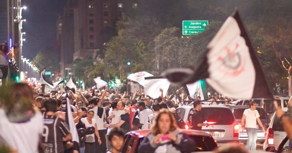 Festa dos corintianos na avenida Paulista pela vitória na Libertadores