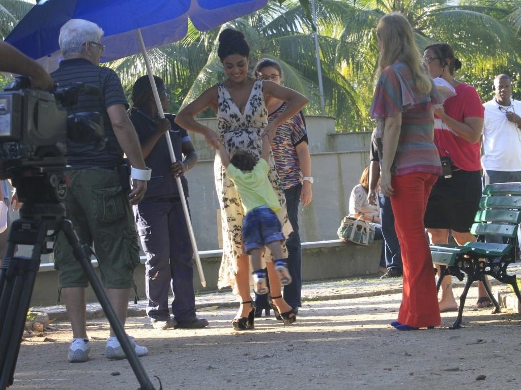 Juliana Paes se divertiu com o filho durante as gravações do programa