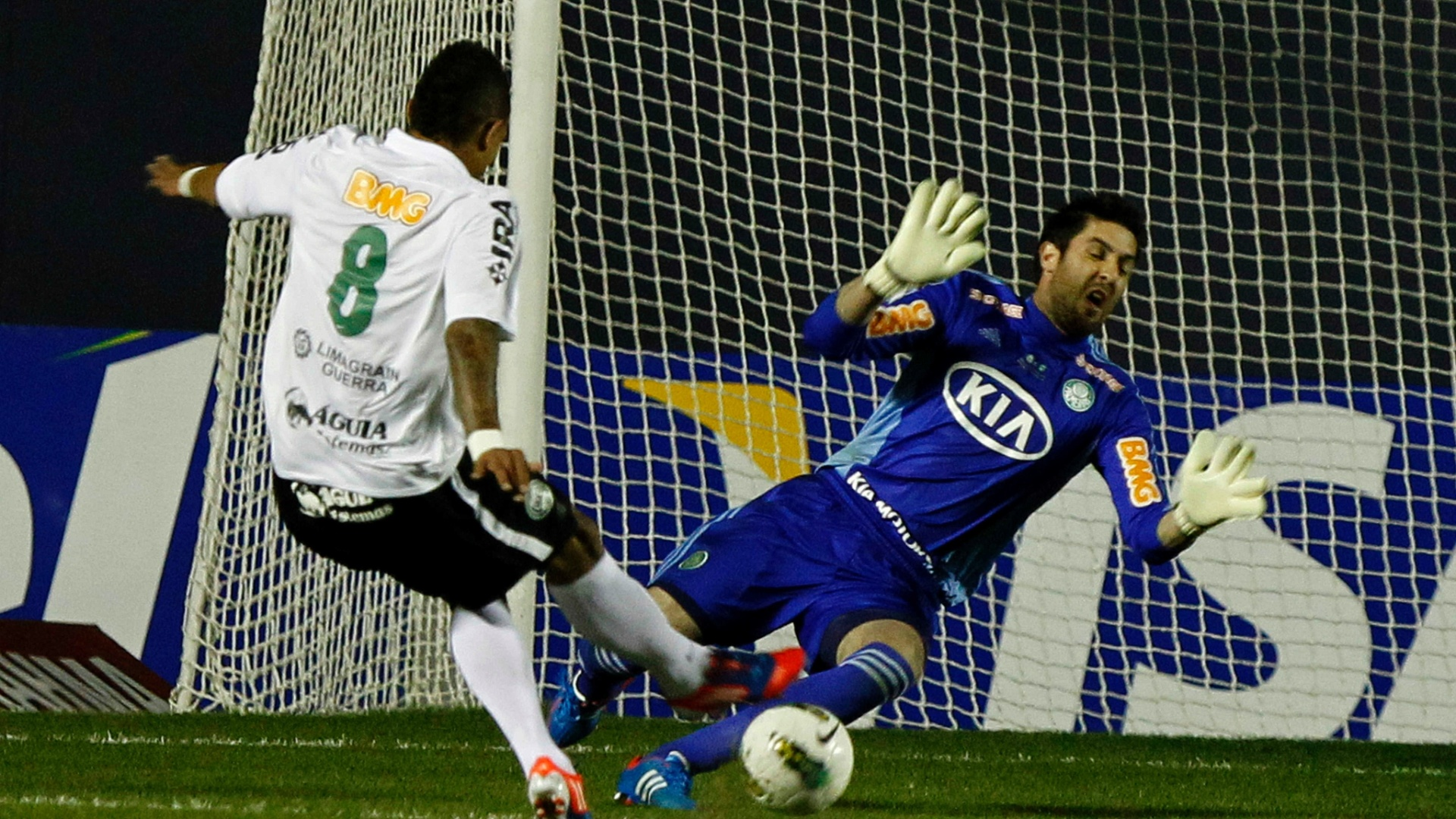 Junior Urso desperdiçou grande chance de abrir o placar para o Coritiba contra o Palmeiras