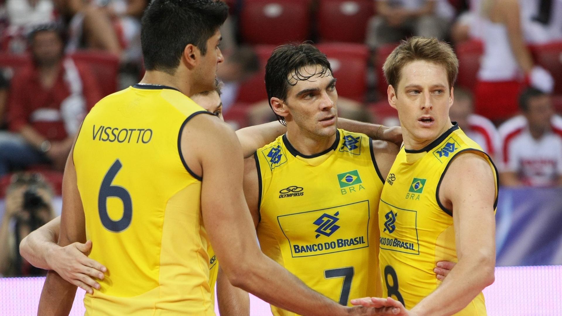 Leandro Vissotto, Bruninho, Giba e Murilo comemoram um ponto na derrota para a Polônia (05/07/2012)