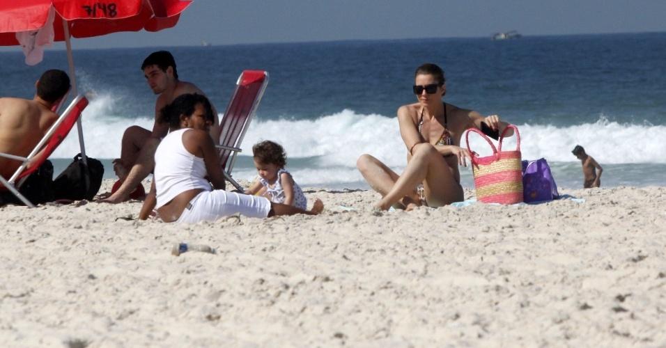 Letícia Spiller vai com a filha pequena a praia no Rio (5/7/2012)
