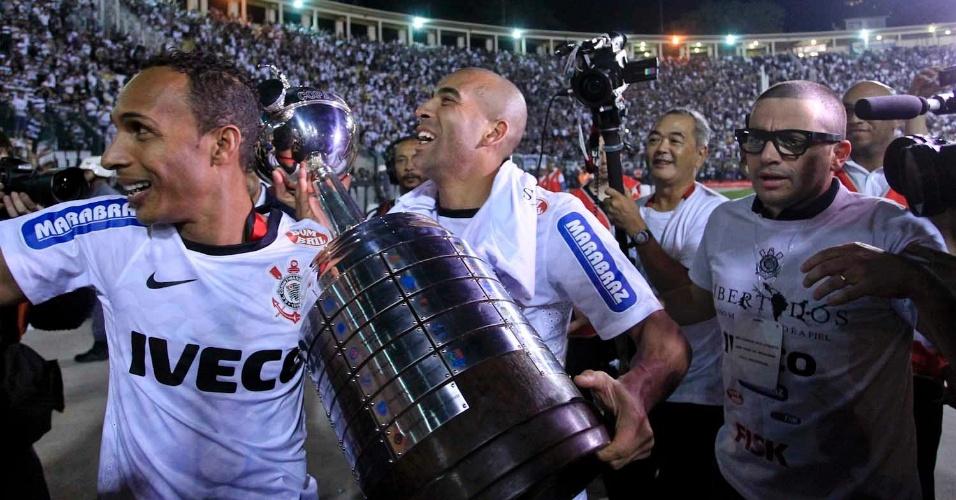 Liedson e Emerson Sheik carregam o troféu da Libertadores durante volta olímpica no Pacaembu