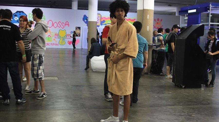 Luciano Estevam, que veio de Florianópolis (SC), está vestido dessa forma, em função de uma performance do Web Talent Show, apresentação do evento que quer buscar novos talentos na web