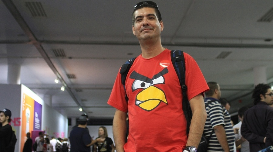 """Márcio Oliveira mostra que é fã do jogo """"Angry Birds"""" por meio de sua camiseta. """"Adoro o game. Jogo direto no meu tablet"""", disse"""