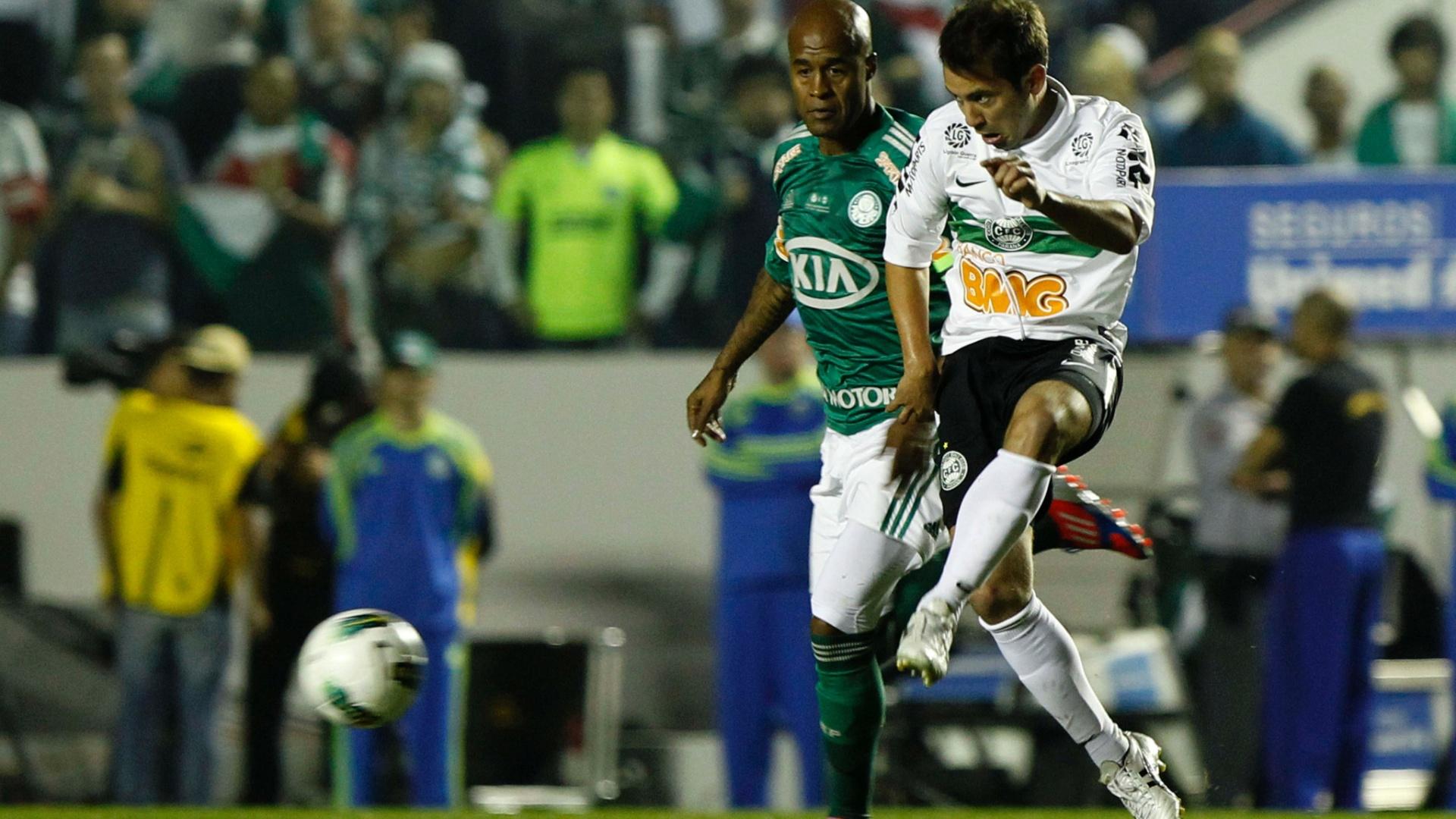 Marcos Assunção não conseguiu se livrar da marcação do Coritiba em lance do primeiro jogo da decisão da Copa do Brasil