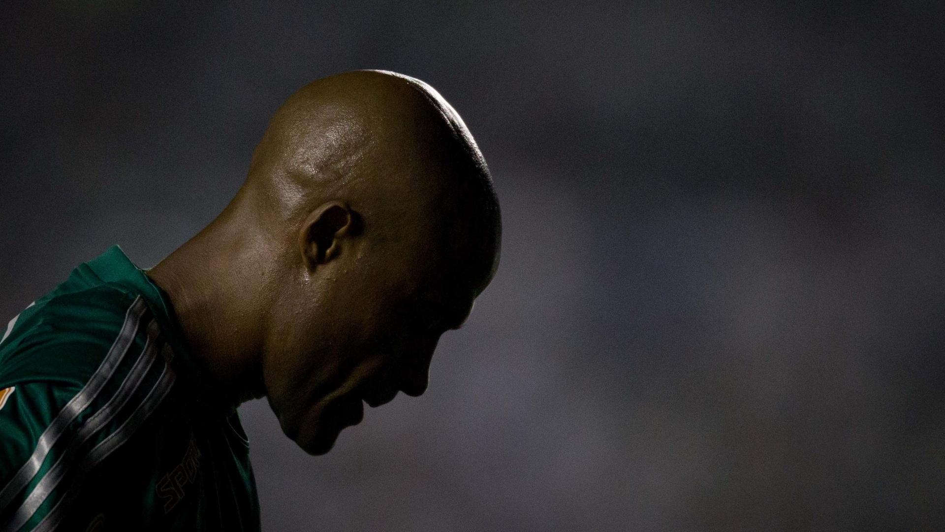 Marcos Assunção se concentra em jogada durante a primeira partida da final da Copa do Brasil